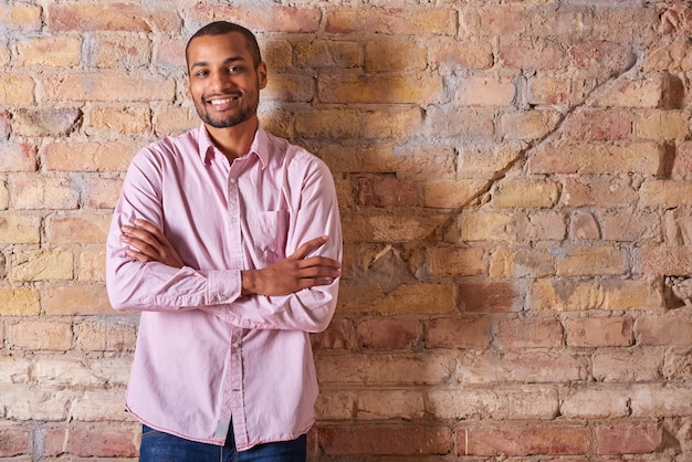 Gelukkig man in een roze shirt