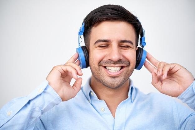 Gelukkig man in hoofdtelefoons
