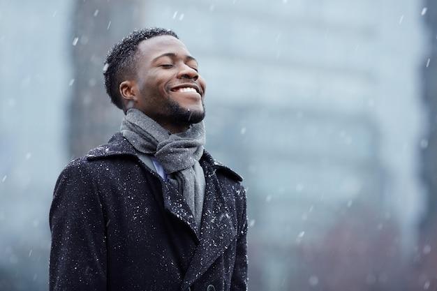 Gelukkig man in sneeuwval