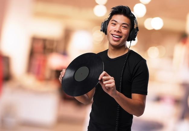Gelukkig man luisteren naar muziek en met een vinyl in zijn handen