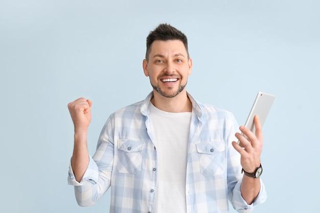 Gelukkig man met digitale tablet