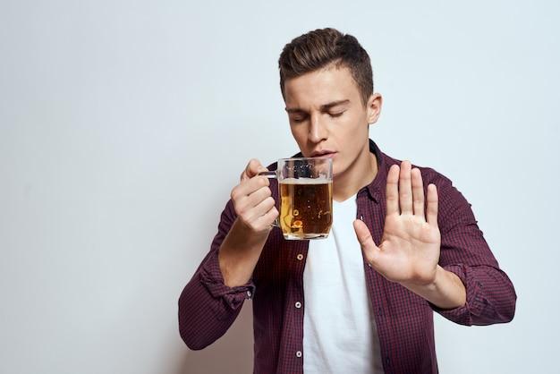 Gelukkig man met een biertje in zijn handen