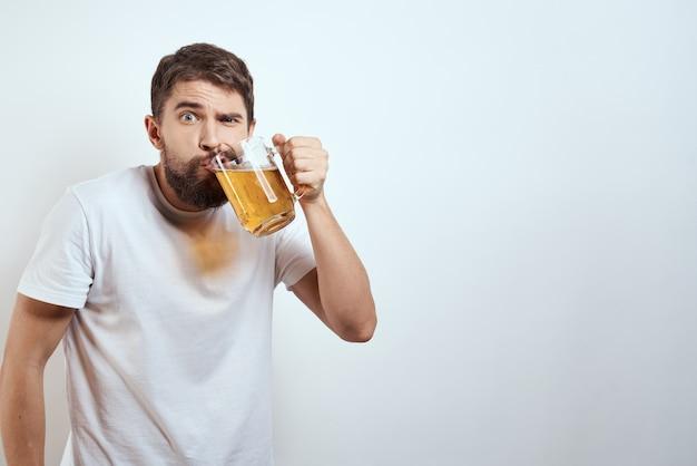 Gelukkig man met een mok alcoholisch bier in zijn handen