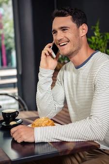 Gelukkig man met een telefoongesprek