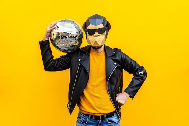 Gelukkig man met grappig laag poly masker op gekleurde achtergrond