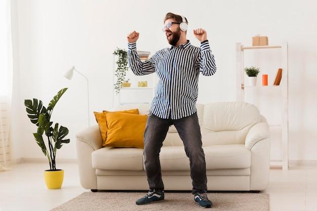 Gelukkig man met koptelefoon genieten van muziek