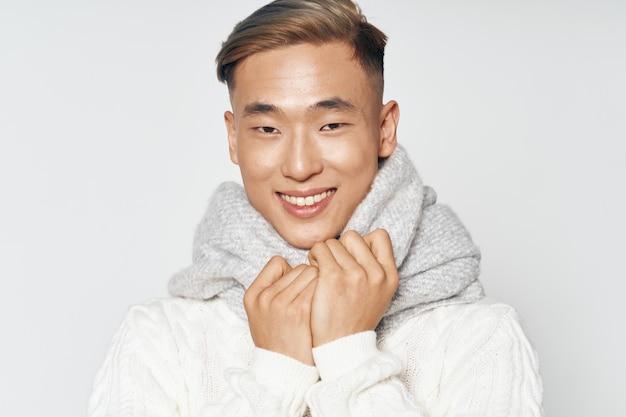 Gelukkig man met warme sjaal om zijn nek glimlach aziatische verschijning portret