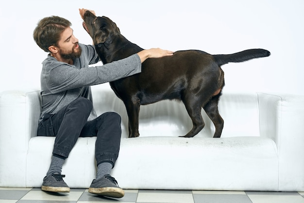Gelukkig man op de bank met zijn hond