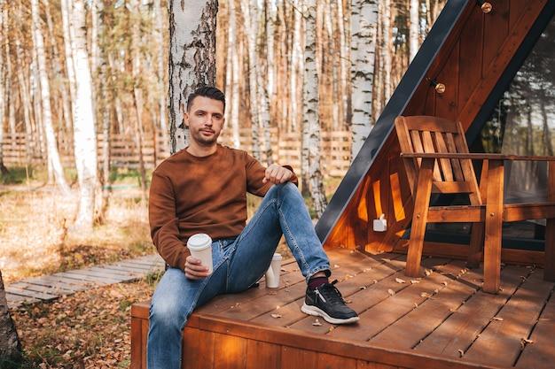 Gelukkig man op het terras in de herfst