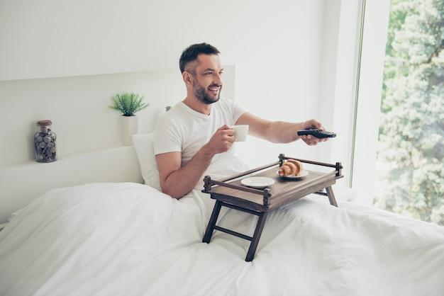 Gelukkig man poseren in zijn slaapkamer