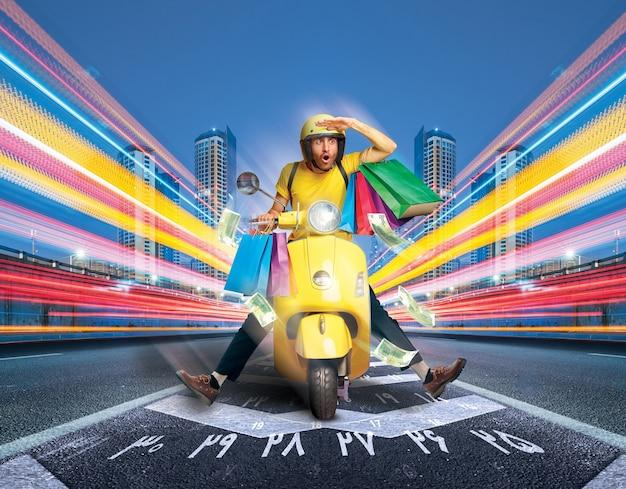 Gelukkig man rijden op een motorfiets met geld terug beloningen winkelen