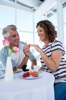 Gelukkig man ring cadeau doen aan vrouw