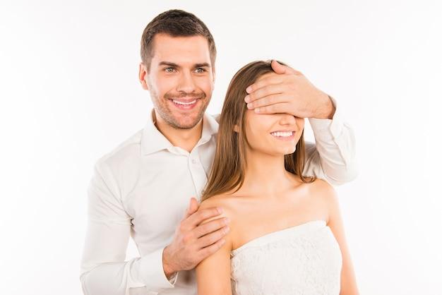 Gelukkig man sluit de ogen van zijn vriendin