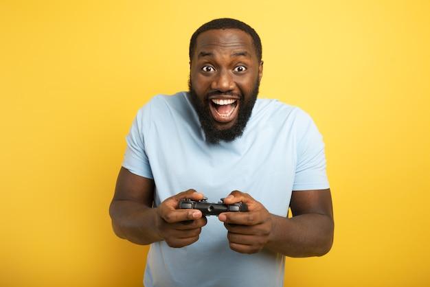 Gelukkig man speelt met een videogame