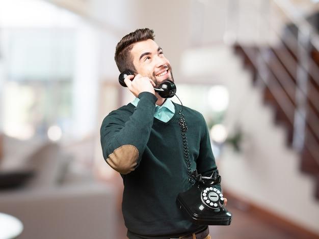 Gelukkig man te praten op een antieke telefoon