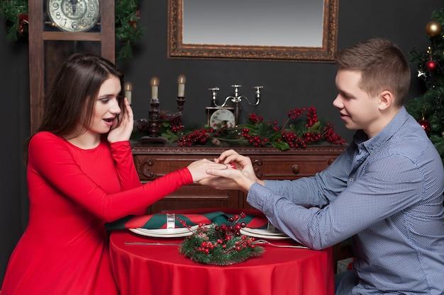 Gelukkig man zet een trouwring aan de hand van de vrouw.