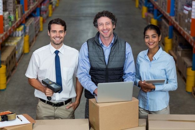 Gelukkig managers poseren tijdens het werk