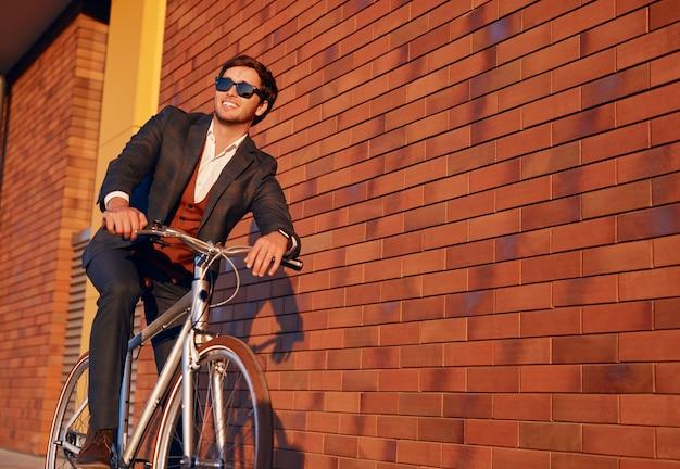 Gelukkig mannelijke manager zittend op de fiets