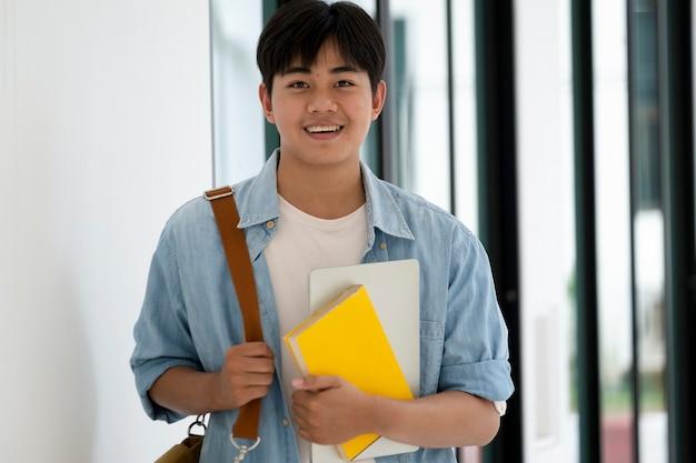 Gelukkig mannelijke student glimlachen. onderwijs terug naar school concept