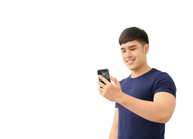 Gelukkig mannetje dat geïsoleerde smartphone gebruikt