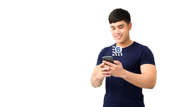 Gelukkig mannetje dat smartphone met geïsoleerde wifi 6 technologie gebruikt