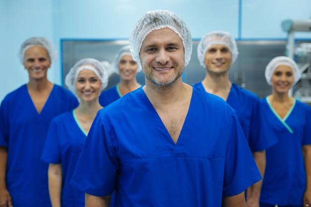 Gelukkig medisch team in hun uniformen