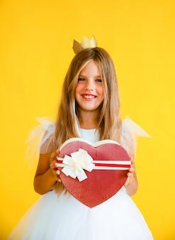 Gelukkig meisje 8 jaar oud met de doos van de kerstmisgift. nieuwjaar viering concept