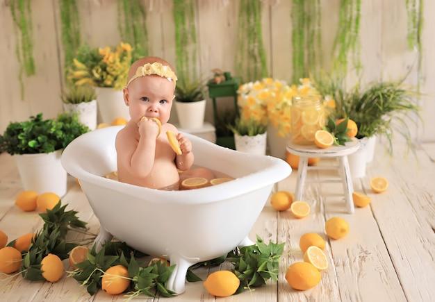 Gelukkig meisje baadt in het bad