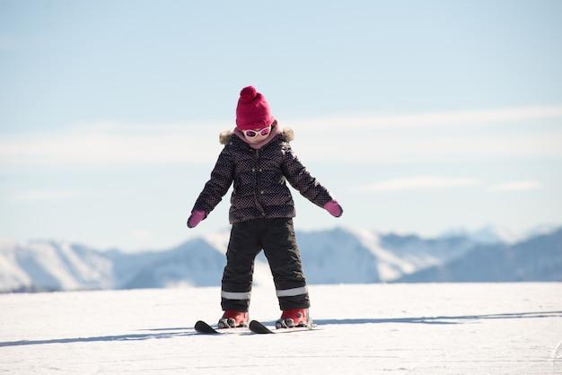 Gelukkig meisje bergaf skiën