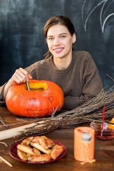 Gelukkig meisje dat decoratie voorbereidt op halloween