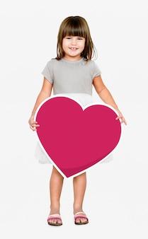 Gelukkig meisje dat een hartpictogram houdt
