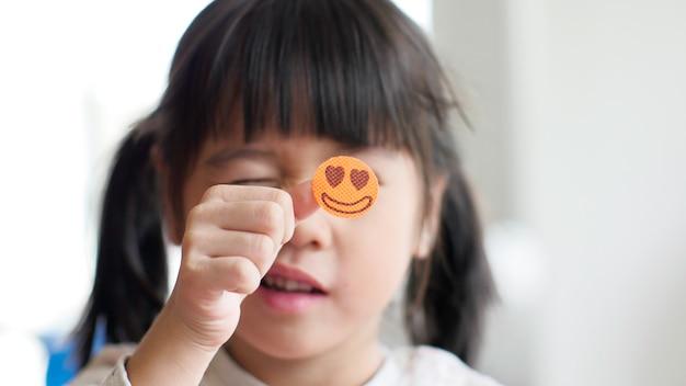 Gelukkig meisje dat een smileysticker toont