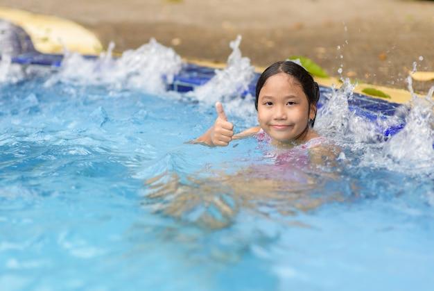 Gelukkig meisje dat genietend van heet tonschuimbad ontspant