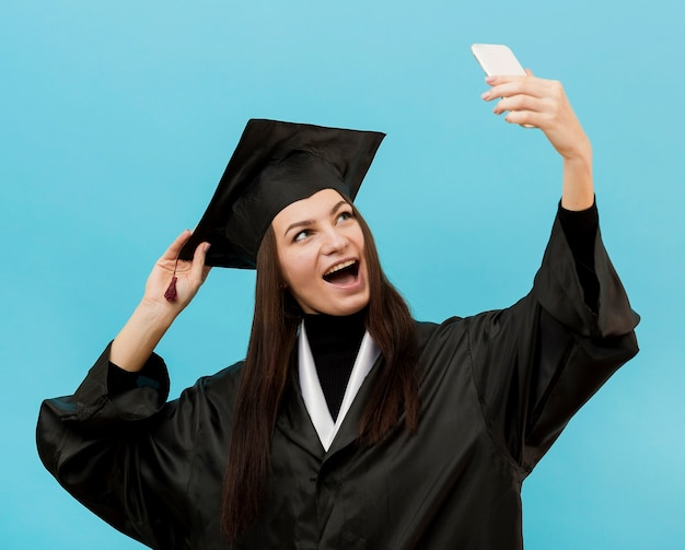 Gelukkig meisje dat selfie neemt