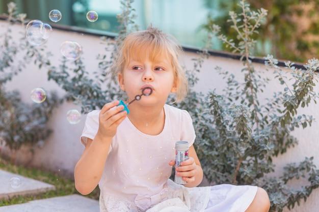 Gelukkig meisje dat zeepbellen maakt