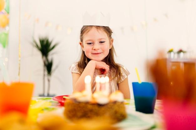 Gelukkig meisje dromen op verjaardag denken