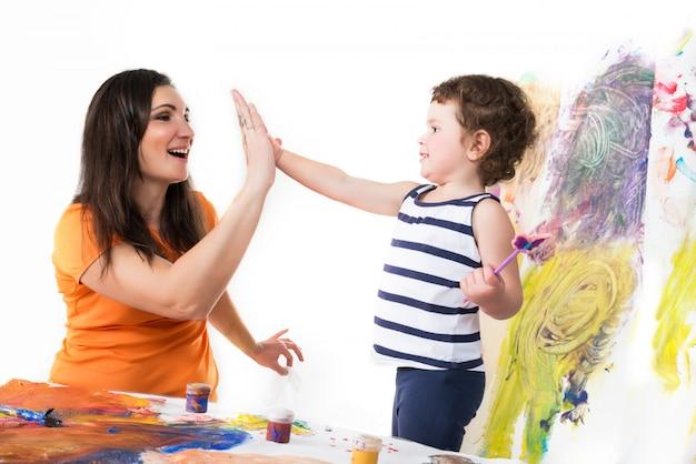 Gelukkig meisje en zoontje geven high five