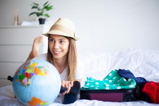 Gelukkig meisje gaat op vakantie
