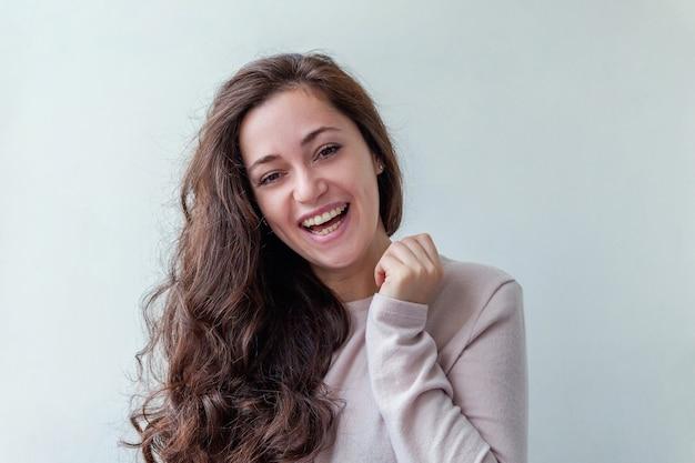 Gelukkig meisje glimlachen. schoonheid portret jonge gelukkig positief lachen brunette vrouw op wit geïsoleerd