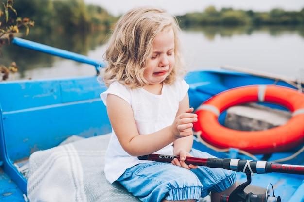 Gelukkig meisje in de boot
