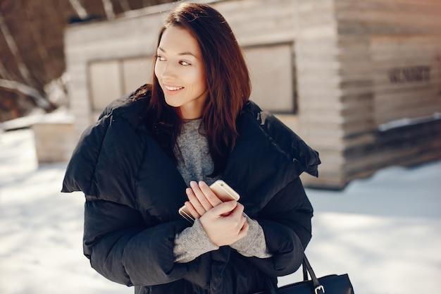 Gelukkig meisje in een winterstad