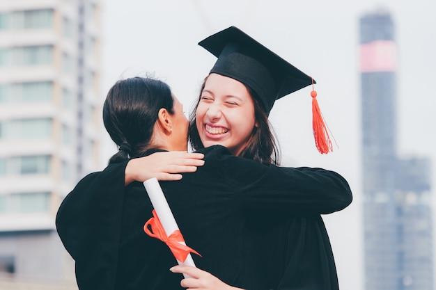 Gelukkig meisje in haar graduatiedag.