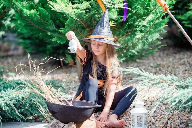 Gelukkig meisje in halloween-kostuum met hefboompompoen kerstmis of behandel