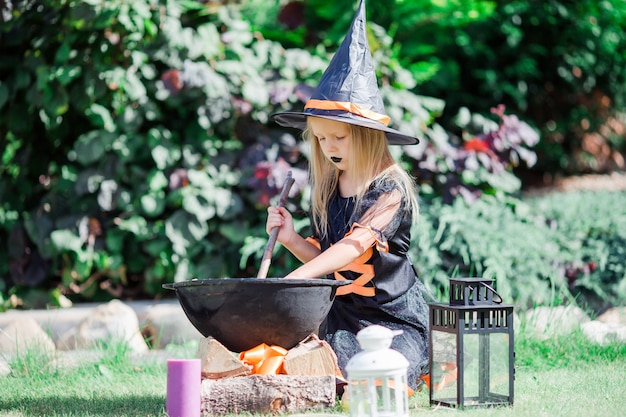 Gelukkig meisje in halloween-kostuum