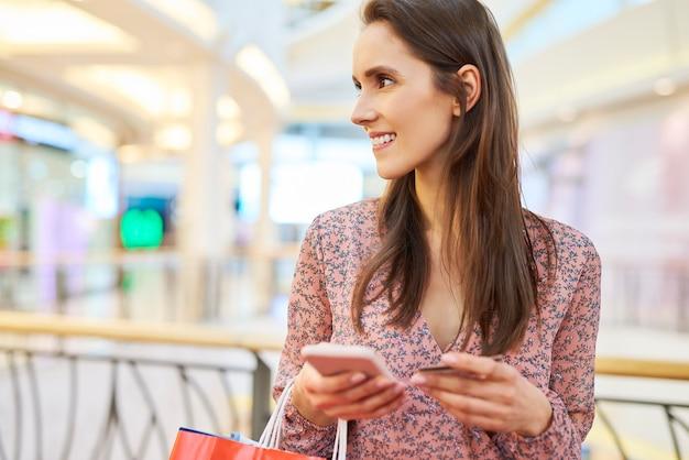 Gelukkig meisje in het winkelcentrum