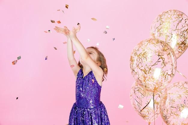 Gelukkig meisje in roze jurk vieren