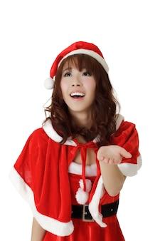 Gelukkig meisje in santa claus-kleren met glimlachende uitdrukking over witte muur.