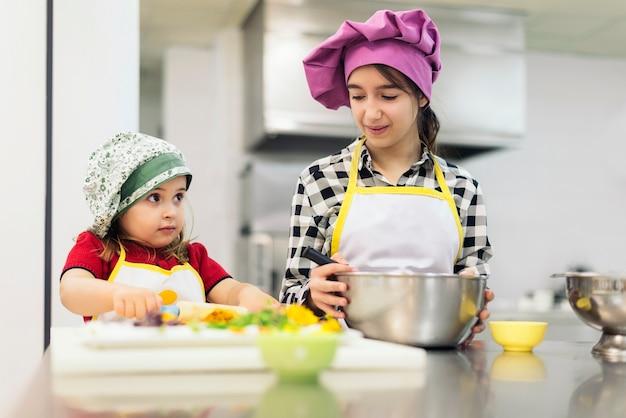 Gelukkig meisje koken in een keuken. koken concept.