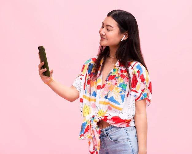 Gelukkig meisje luisteren muziek op smartphone