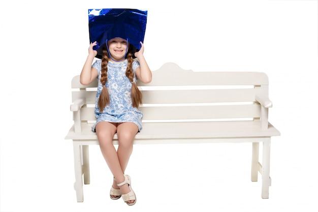 Gelukkig meisje met boodschappentassen zitten